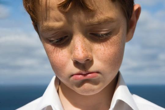 menino triste